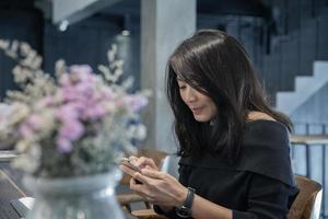 Frau SMS auf ihrem Handy foto