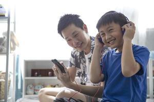 Vater und Sohn hören gemeinsam Musik foto