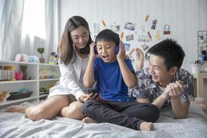 Familie, die zusammen Musik hört foto