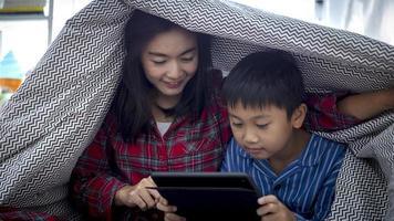 Mutter und Sohn schauen sich gemeinsam einen Film an foto