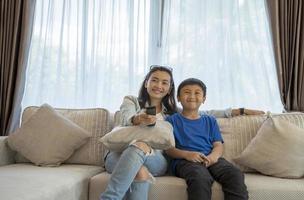 Mutter und Sohn sehen fern foto