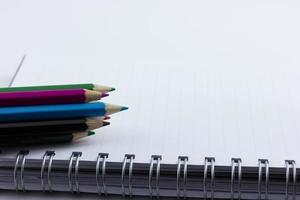 leeres Notizbuch isoliert mit Farbstiften