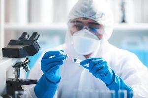 Wissenschaftler, der den Covid-19-Impfstoff erforscht foto