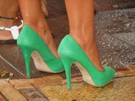 ein Paar grüne Damenschuhe foto