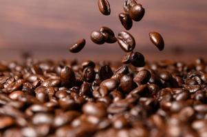 Ich trinke gerne Kaffee, Kaffeetassen und Kaffeebohnen foto