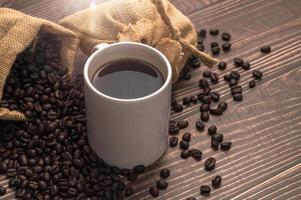 Ich trinke gerne Kaffee, Kaffeetassen und Kaffeebohnen auf dem Tisch foto