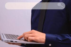 Person, die einen Laptop verwendet, um Informationen und Wissen online zu finden foto