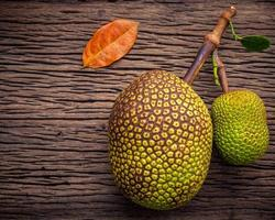 süße Jackfrucht auf schäbigem hölzernem Hintergrund. tropische Früchte, süßes und aromatisches Fruchtfleisch von reifen Jackfrüchten foto