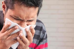 Mann hustet und niest hautnah