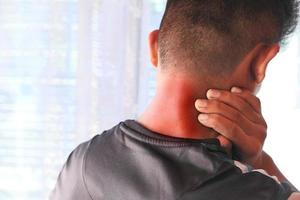 Mann, der zu Hause unter Nackenschmerzen leidet