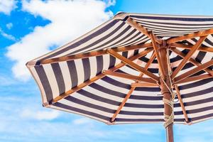 Regenschirm unter blauem Himmel foto