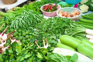 Nahaufnahme von verschiedenen Arten von frischem Gemüse im Laden im Freien angezeigt foto