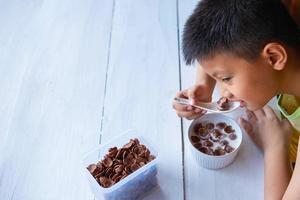 Junge, der Müsli isst foto
