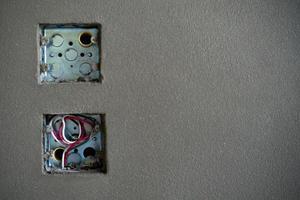 die Zinkblöcke der Steckdose während der Installation foto