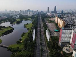 Jakarta, Indonesien 2021 - Luftaufnahme der Autobahn am Morgen und der Gebäude foto