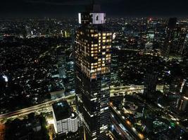 Jakarta, Indonesien 2021 - Luftaufnahme auf Autobahnen und Wolkenkratzern mit Lärmwolke foto