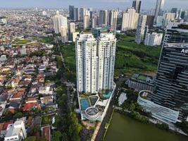 Jakarta, Indonesien 2021 - Luftaufnahme der Autobahnkreuzung und der Gebäude in der Stadt Jakarta foto