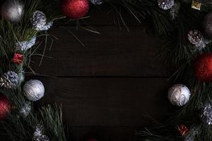 Weihnachtskranz aus Tannenzweigen mit Weihnachtsschmuck foto