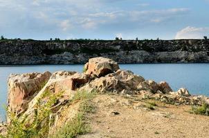 überfluteter industrieller Granitkanal foto