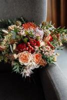 Brautstrauß in roten Herbsttönen getrockneten Blumen foto