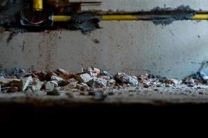 Selektives Fokusbild eines Schotterklumpens mit unscharfem, gebrochenem Putzzement foto