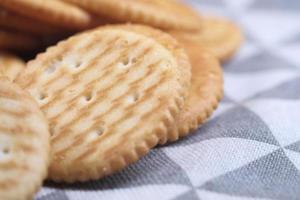 Cracker auf Tischdecke hautnah