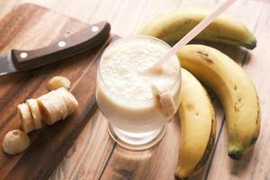 Bananen-Smoothie mit rosa Stroh foto