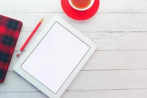 digitales Tablet mit Büromaterial auf dem Tisch foto