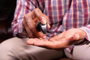 Hand mit Desinfektionsgel zur Vorbeugung von Viren foto