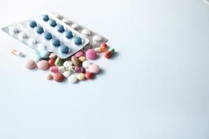 Pillen auf weißem Hintergrund foto