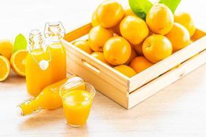 frischer Orangensaft zum Trinken in Flaschenglas