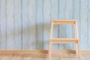 Vintage Holzstuhl auf Holzhintergrund