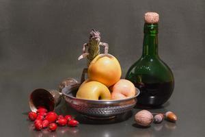 Chamäleon mit Fruchtstillleben foto
