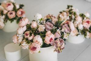 Blumensträuße in weißen Vasen foto