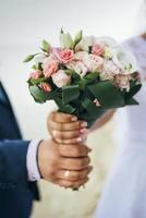 Paar hält Blumenstrauß foto