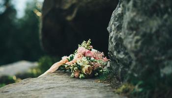 Blumenstrauß auf Felsen foto