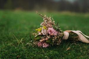 Blumenstrauß auf Gras foto