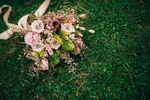 Blumenstrauß auf grünem Gras foto