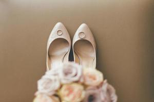 Blumenstrauß mit Hochzeitsschuhen und Ringen foto