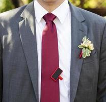 Bräutigam in einer Jacke mit Boutonniere foto