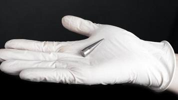 Ohrentunnel-Extender, Piercing-Zubehör in der Hand foto