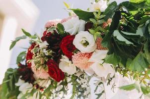 Blumenarrangement draußen foto