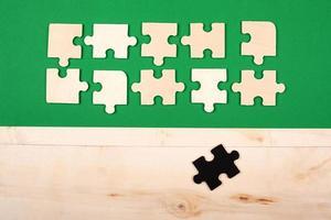 Ausgestoßenes Puzzle-Geschäftskonzept auf grünem Hintergrund foto