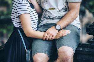 Paar umarmt das Tragen von Seekleidung foto