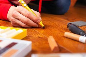 Reparatur Restaurierung von Laminatparkett und Holzprodukten foto