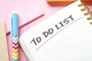 Liste im Notizbuch zu tun foto