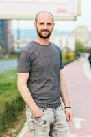 Porträt des jungen attraktiven Mannes, der seinen Tag draußen genießt foto