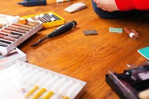 Werkzeugsatz zur Wiederherstellung von Kratzern und Spänen bei der Versiegelung von Laminat und Parkett foto