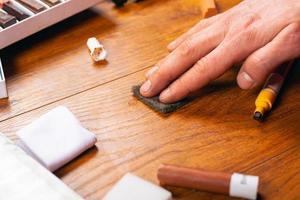 Reparatur von Holzmöbeln zur Restaurierung von Laminat und Parkett foto