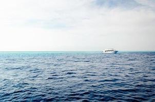 Menschen auf einem Boot in der Ferne foto